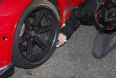 車両検査風景 タイヤ